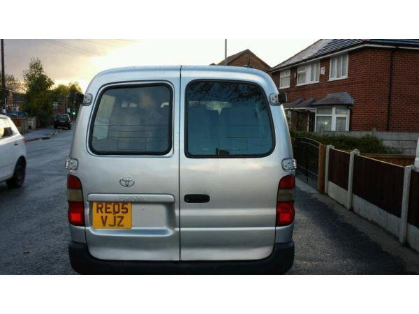 9 seater silver toyota haiace minibus taxi